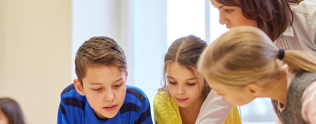 Iskolai csoport a múzeumi ugrásban