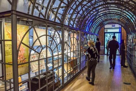 Visiteurs marchant dans l'exposition du Crystal Palace