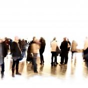 Groep bezoekers in beweging