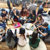 Groep tieners die het universiteitswerk bespreken