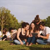 Jongeren in park die gemeenschapswerk doen