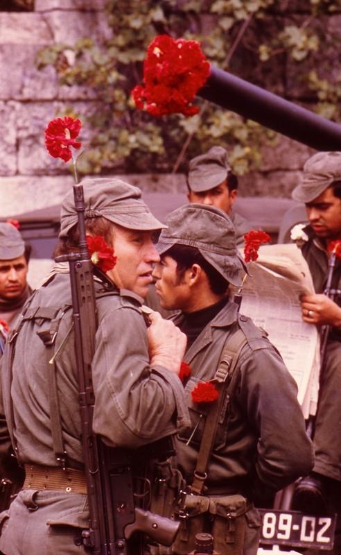 Photo Portuguese soldier carnation in gun barrel