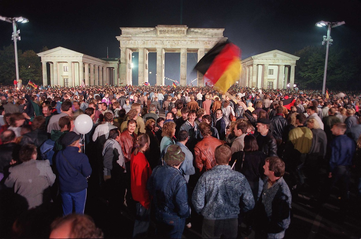 Colour photo reunification party under Brandenburg gate