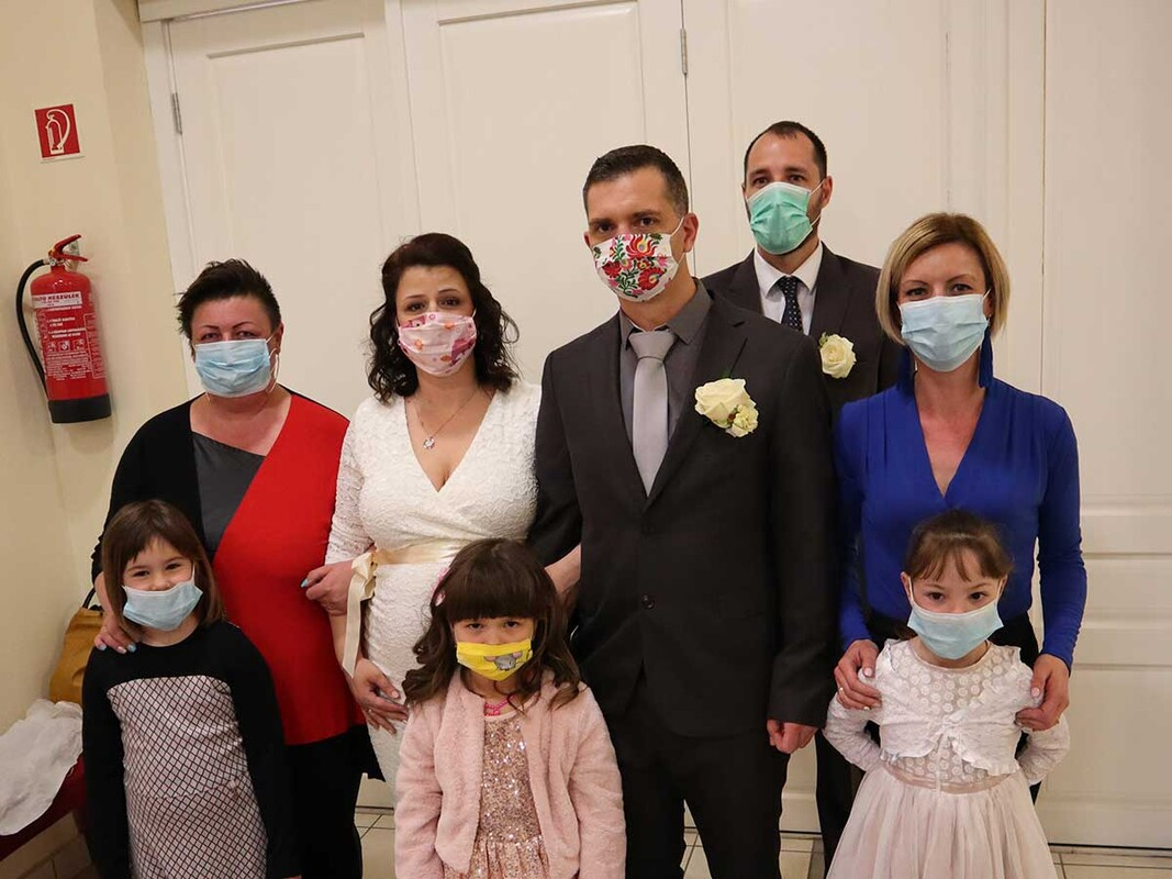 Wedding photo of family wearing masks